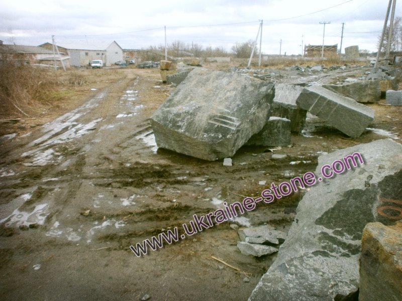 Каменные глыбы под памятники