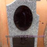 Памятник из серого камня и хрестом