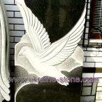 Памятник с голубем и большим сердцем