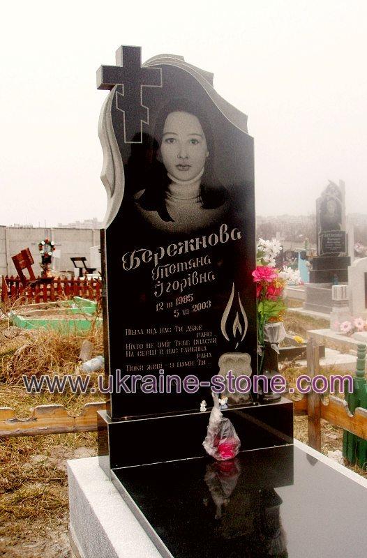 Памятник с портретом и свечей
