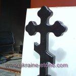 Гранитный крест на кладбище