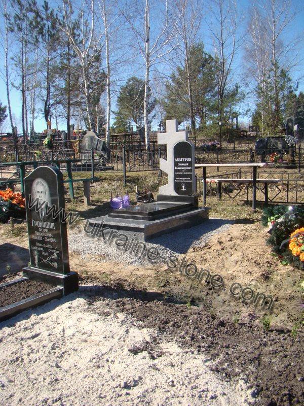 Памятник с крестом вид сбоку сдалека